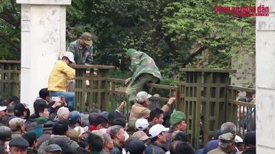 Người dân vượt rào - trèo tường đòi mua vé xem AFF