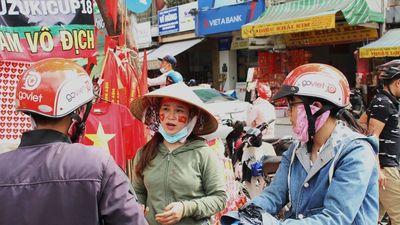 Đồ cổ vũ bóng đá ở Sài Gòn cháy hàng trước trận chung kết tối nay