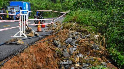 Mưa lớn gây sạt lở rừng quốc gia Sơn Trà