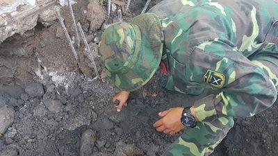 Đào móng nhà, công nhân tá hỏa phát hiện đạn cối 82 mm