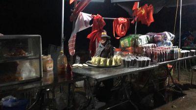 Sân bóng trước nhà Quang Hải trở thành 'hội chợ' trong trận chung kết