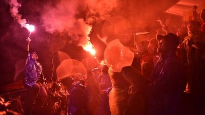 Cổ động viên ăn mừng khi tuyển Việt Nam liên tiếp có 2 bàn thắng