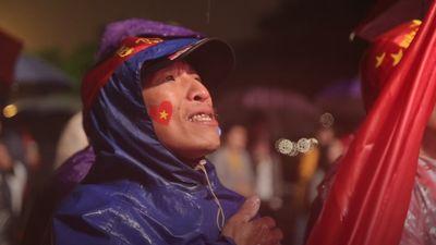 Người hâm mộ thủ đô đội mưa rét theo dõi trận chung kết