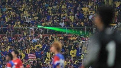 CĐV Malaysia từng 'chơi xấu' khi chiếu đèn laser phá đội bạn thế nào?