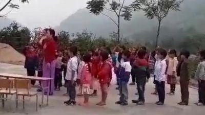 Xúc động các em bé dân tộc Mông hát Quốc ca cổ vũ tuyển Việt Nam