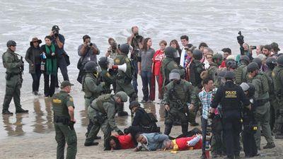 Hỗn loạn tại biên giới, Biên phòng Mỹ bắt giữ 32 người biểu tình