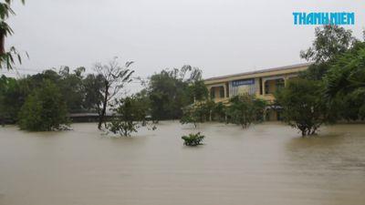 Đi vào rốn lũ Quảng Nam: Nước ngập tận cổ, nhà chỉ còn thấy nóc