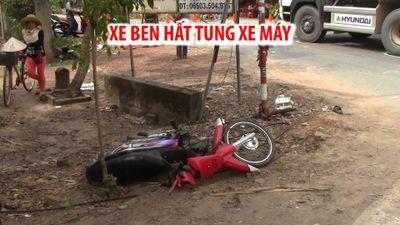 Xe ben hất tung xe máy vào lề đường, 2 thanh niên nguy kịch