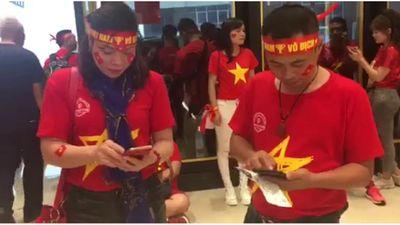 Sang Malaysia cổ vũ, fan chỉ mong trận chung kết không hoãn vì mưa to