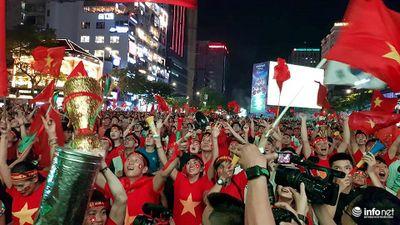 Người hâm mộ vỡ òa khi đội tuyển Việt Nam ghi 2 bàn liên tiếp
