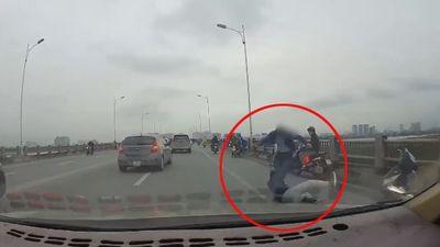 Tài xế ô tô đánh người đi xe máy dã man vì không được nhường đường