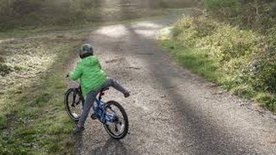 Đùa nghịch cho chân vào bánh xe đang chạy, bé 2 tuổi bị đứt gân, lộ xương gót chân
