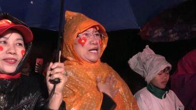 Hàng trăm CĐV quê nhà Quang Hải đội mưa cổ vũ cho tuyển Việt Nam