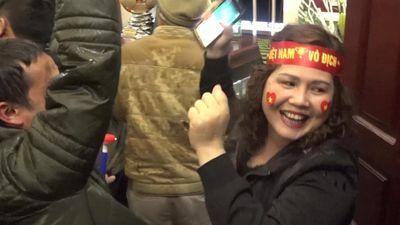 Việt Nam ghi 2 bàn ở hiệp 1, CĐV nhà Quang Hải hò hét sung sướng