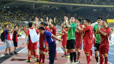 Tuyển Việt Nam tri ân hàng ngàn CĐV áo đỏ giữa khán đài Bukit Jalil