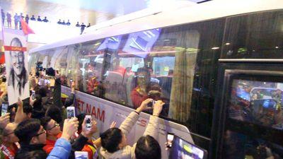 Biển người đội mưa lạnh đón đội tuyển Việt Nam trở về từ Malaysia trong đêm