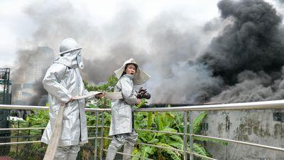 Cứu hỏa nỗ lực dập cháy ở gara ôtô