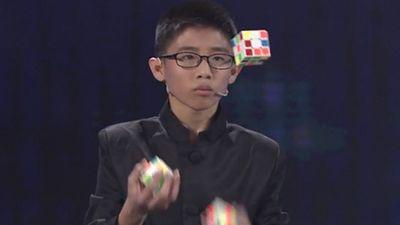 Kinh ngạc cậu bé 12 tuổi vừa tung hứng vừa giải 3 khối rubik thần tốc