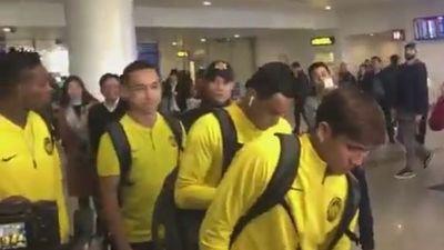 Đội tuyển Malaysia 'đổ bộ' xuống sân bay Nội Bài, sẵn sàng đọ sức tuyển Việt Nam