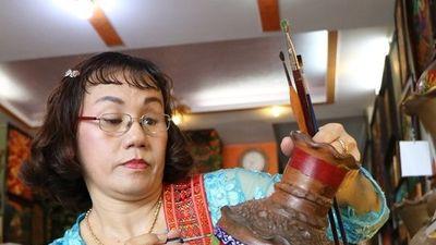 Ninh Thuận: Người phụ nữ đầu tiên vẽ hoa văn màu lên gốm Bàu Trúc