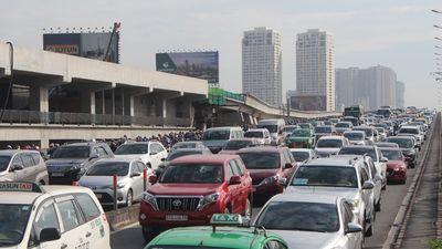 Hàng nghìn ô tô chôn chân trên cầu Sài Gòn đúng giờ cao điểm