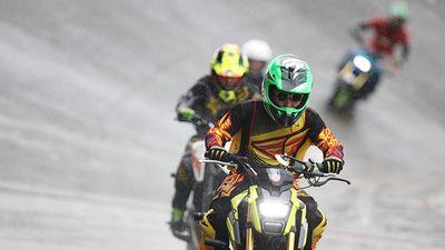 Xem biểu diễn môtô trên sân đua lòng chảo Tự Do Huế