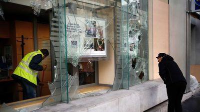 Mùa Giáng sinh về, đại lộ mua sắm giữa Paris vẫn ngổn ngang vì bạo lực