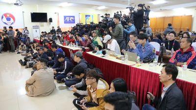 Hơn 100 phóng viên tác nghiệp tại buổi họp báo trước chung kết lượt về
