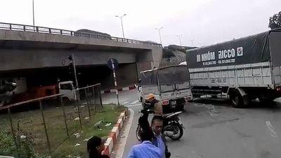Clip: Liên tục vượt ẩu, tài xế xe khách bị đánh ngay giữa đường