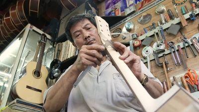 Người hơn 30 năm đóng guitar trên phố đàn ở Sài Gòn