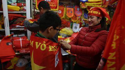 Tấp nập 'phố cờ' trước trận chung kết Việt Nam và Malaysia