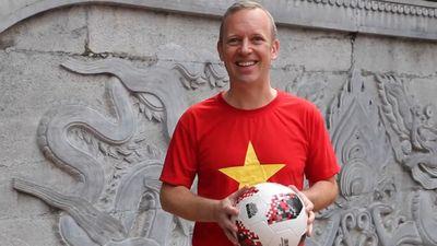 Đại sứ Anh mặc áo cờ đỏ sao vàng tâng bóng, cổ vũ ĐTVN vô địch