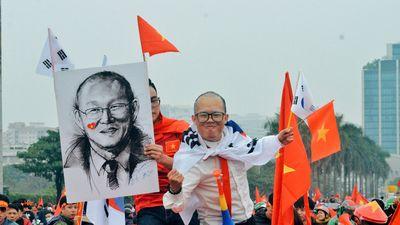 CĐV đổ về Mỹ Đình hô vang 'Việt Nam chiến thắng'