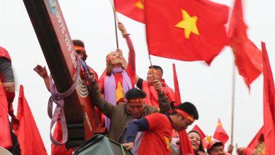 Xe cẩu chở CĐV diễu hành ngoài sân Mỹ Đình trước trận chung kết