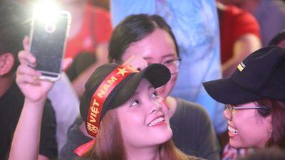 Đường phố, quán xá Sài Gòn đông nghịt trong trận chung kết AFF Cup