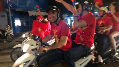 Hồ Việt Trung, Minh Luân bỏ lại ôtô, xuống đường đi bão