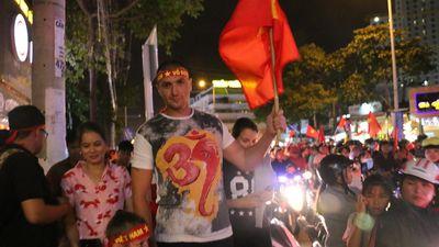 Khách Tây xuống đường chúc mừng tuyển Việt Nam vô địch AFF Cup 2018
