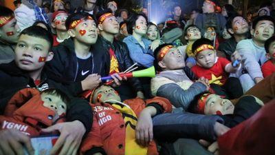 Hàng quán quá tải, người dân nằm lên nhau xem trận chung kết AFF Cup