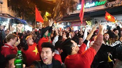 Khách tây cổ vũ AFF hết mình tại phố bia Tạ Hiện