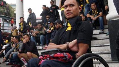 Ảnh,clip: CĐV Malaysia ngồi xe lăn cũng sang Việt Nam cổ vũ đội nhà