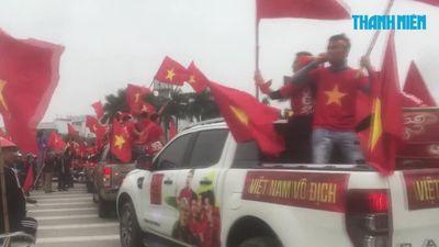 Màu đỏ tràn ngập trước sân Mỹ Đình trước trận chung kết lượt về AFF Cup
