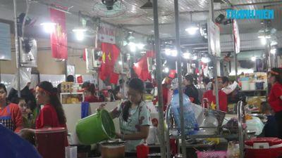 Chị em tiểu thương 'quẩy' tưng bừng, nhuộm đỏ chợ cổ vũ đội tuyển Việt Nam