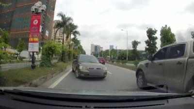 Ô tô đi ngược chiều bị ép lùi hàng trăm mét trên đường Hà Nội