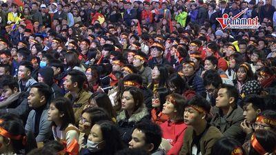 Du khách nước ngoài ngỡ ngàng trước không khí bóng đá ở Việt Nam