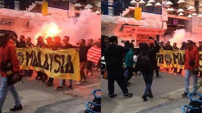 Bóng chưa lăn cổ động viên Malaysia đã đại náo đường phố, khán giả Việt nói gì?