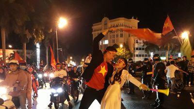 Cô dâu, chú rể chụp ảnh cưới giữa biển người ăn mừng chiến thắng