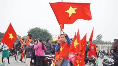 Cờ đỏ sao vàng 'nhuộm đỏ' đường phố Hà Nội, người hâm mộ nguyện cháy hết mình cùng đội tuyển Việt Nam