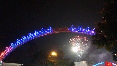 Người hâm mộ Nghệ An đốt pháo hoa mừng chiến thắng