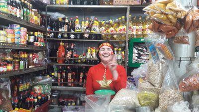 Tiểu thương chợ Đà Nẵng mặc áo cờ đỏ sao vàng, nhảy múa cổ vũ đội tuyển Việt Nam