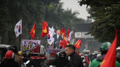 CĐV Hà Nội 'hóa trang' dàn máy cày diễu phố cổ vũ đội tuyển Việt Nam